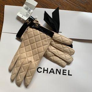 Chanel lambskin Beige quilted CC turn lock gloves
